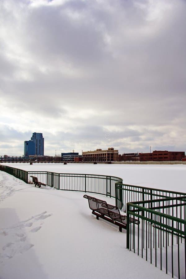 面对盛大河的公园长椅 库存照片
