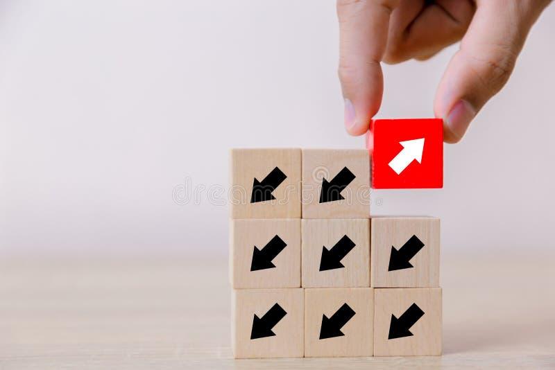 面对相对于黑箭头的箭头 用对其他人的不同的概念 去成功的 库存图片
