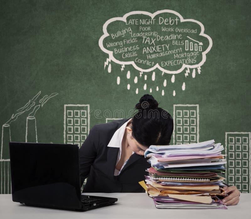 面对许多问题的紧张企业家 免版税图库摄影