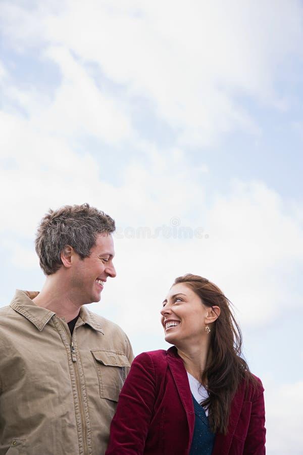 Download 面对面一对的夫妇 库存照片. 图片 包括有 令人愉快, 高兴, 指向, 照相机, 欢欣, 中间, 重点, 被砍的 - 62534208