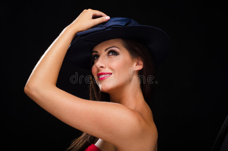 面带帽子和微笑的美丽,时髦的妇女 库存照片