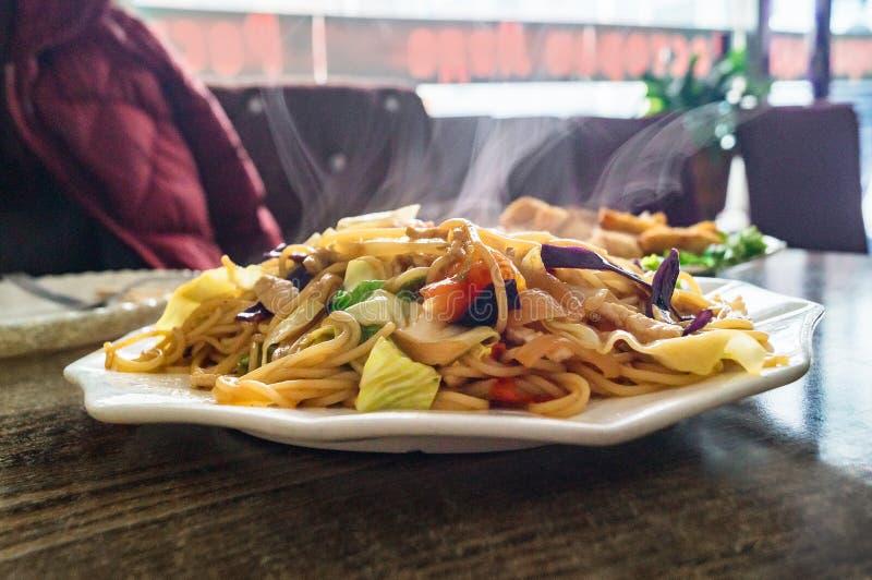 面条和亚洲汤在中国快餐餐馆 库存照片