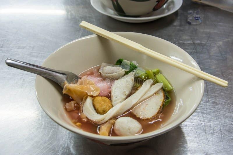面条用海鲜汤和红色调味汁 库存照片