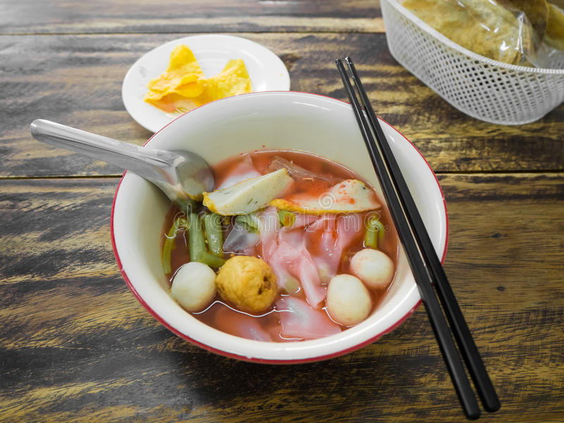 面条用海鲜汤和红色调味汁 免版税库存图片