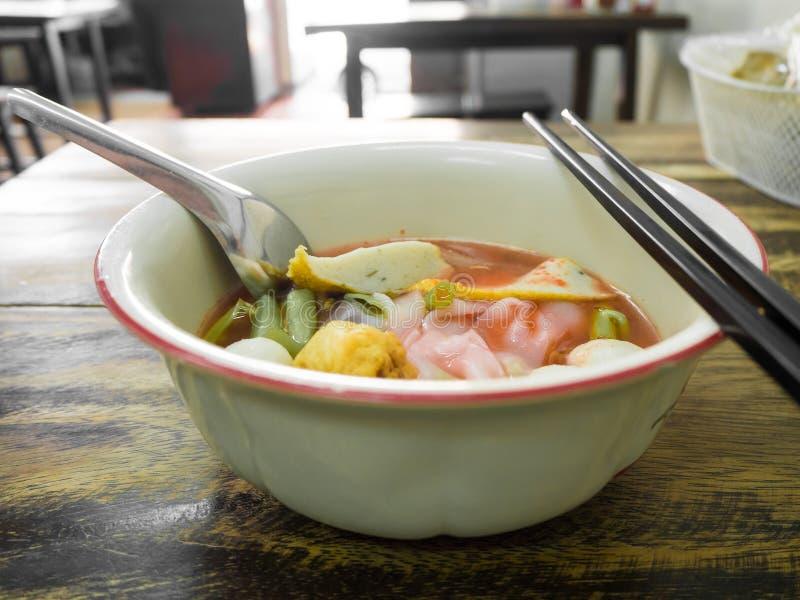 面条用海鲜汤和红色调味汁 图库摄影