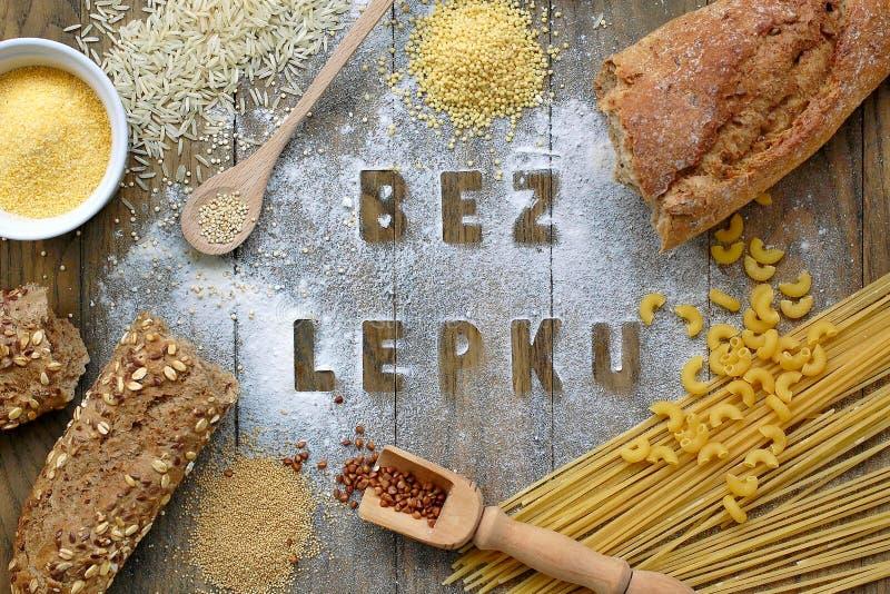 面筋免费面粉和谷物小米、奎奴亚藜、玉米粉麦片粥、棕色荞麦、印度大米和面团与文本面筋释放  库存图片