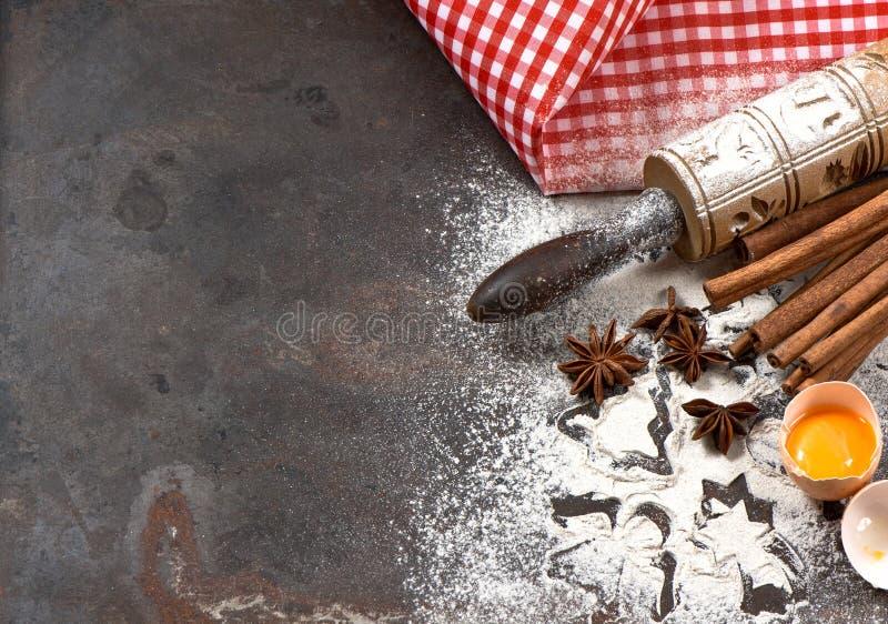 面粉、鸡蛋、滚针和曲奇饼切削刀 圣诞节食物 免版税库存照片