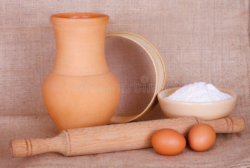 面粉、鸡蛋和厨房器物 免版税库存照片