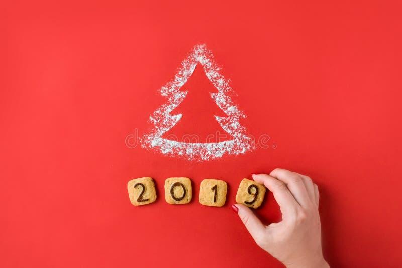 面粉剪影与曲奇饼数字的圣诞树2019年 免版税库存图片