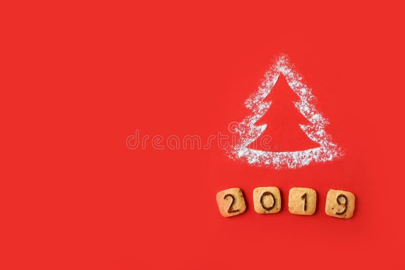 面粉剪影与曲奇饼数字的圣诞树2019年 免版税图库摄影