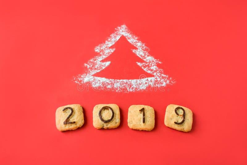 面粉剪影与曲奇饼数字的圣诞树2019年 库存照片
