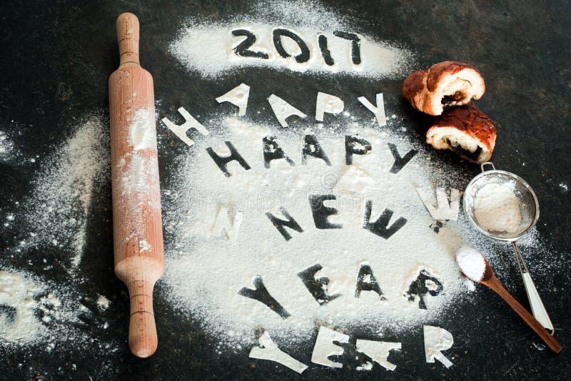 面粉的新年2017年题字在桌上的 免版税图库摄影