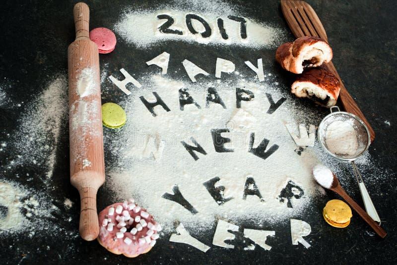 面粉的新年2017年题字在桌上的 免版税库存图片
