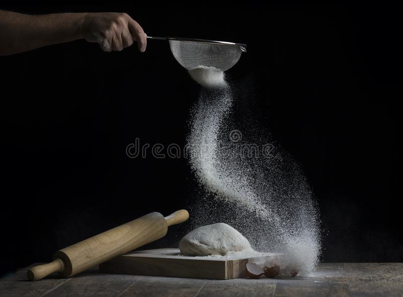 面粉被洒在面团球在一个木板的与r 库存照片