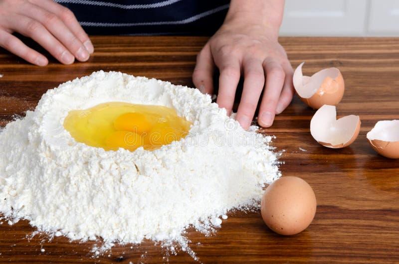 面粉递鸡蛋未加工的成份 免版税库存图片