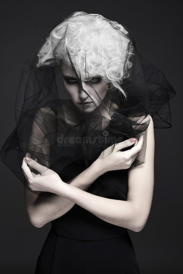 面纱妇女年轻人 蛇神新娘 万圣节 免版税图库摄影
