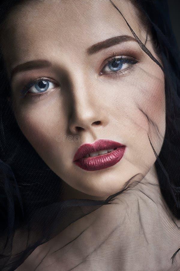面纱的寡妇,年轻深色的妇女画象反对黑暗的背景的 一名妇女的神奇明亮的图象有专家的 库存图片