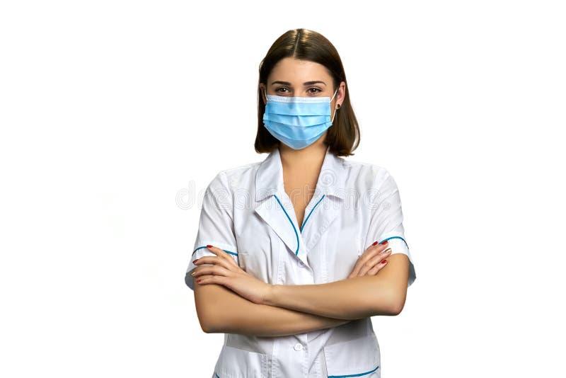 面罩的妇女医生在白色背景 免版税库存图片