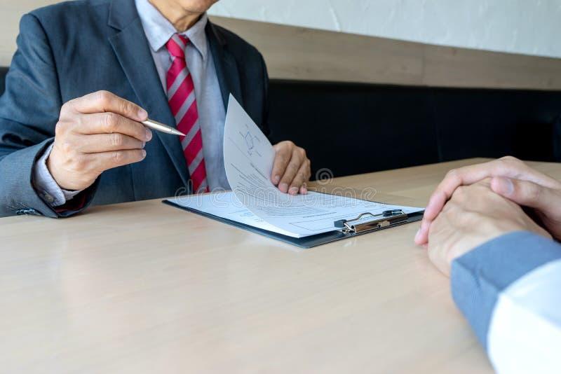 面试商人听新的职员 免版税库存图片