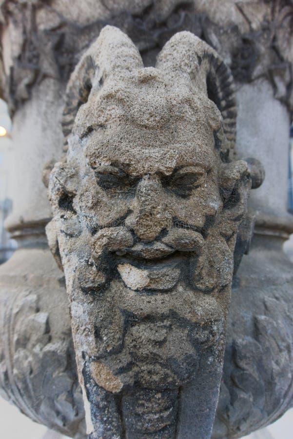 面貌古怪的人邪魔面孔集中了雕塑废墟 免版税库存照片