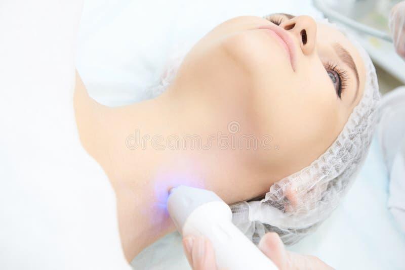 面部微当前整容术做法 秀丽技术治疗 妇女面孔疗法 免版税库存照片
