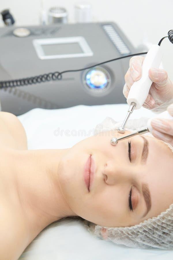面部微当前整容术做法 秀丽技术治疗 妇女面孔疗法 免版税库存图片
