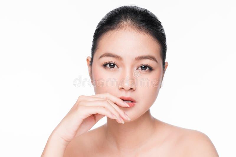面部治疗 与完善的皮肤的美丽的亚洲妇女画象 免版税库存照片