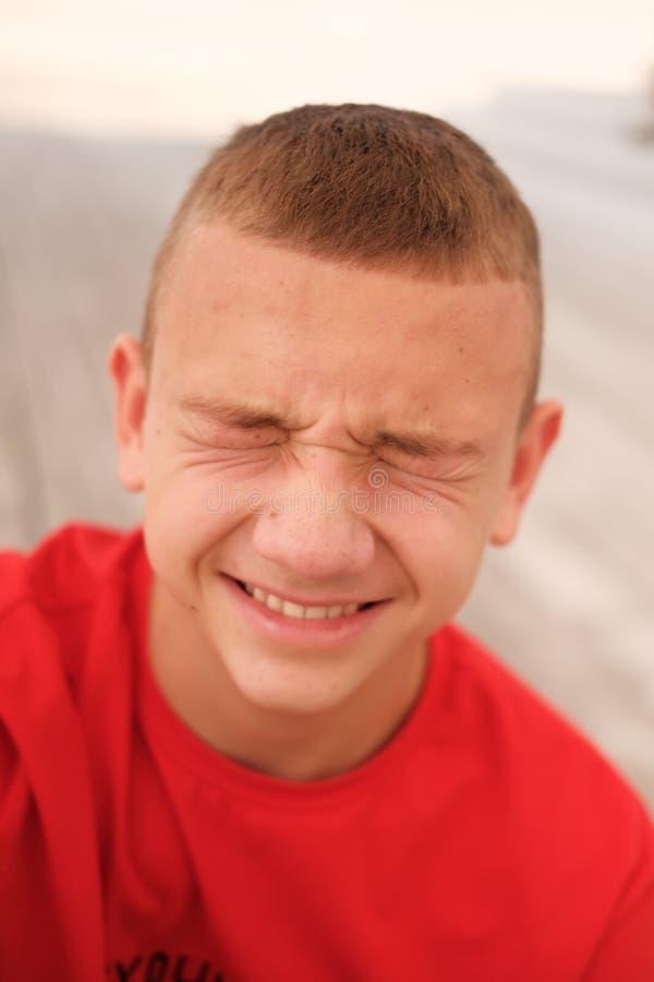 面部表情滑稽的少年男孩 免版税图库摄影
