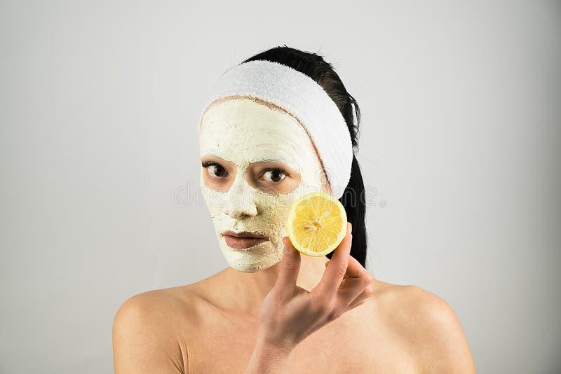 面部面具 问题皮肤面具黏土和柠檬妇女皮肤护理 免版税库存照片