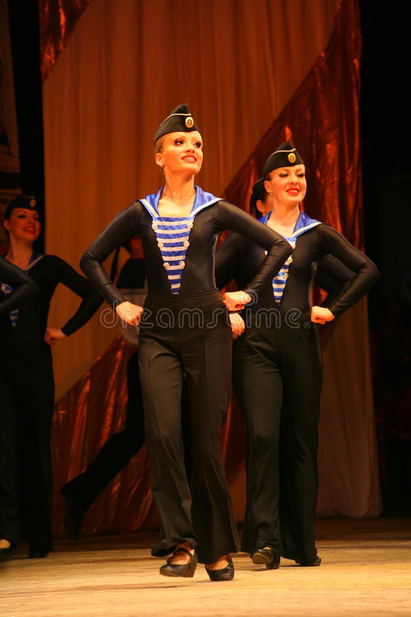 革命水手红色传神活泼的舞蹈  库存图片