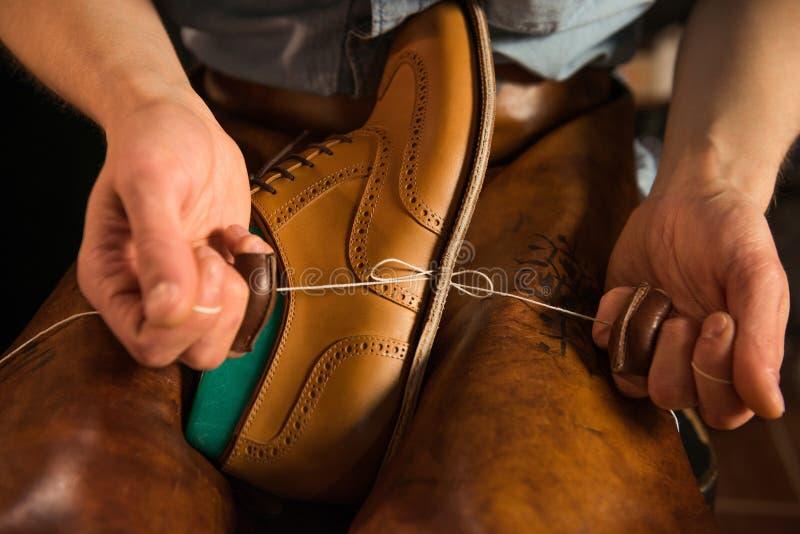鞋匠在做鞋子的车间 免版税库存照片