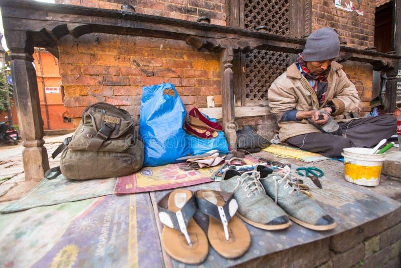 鞋匠在街道上工作 社会等级体系是原封今天,但是规则不是一样刚性的,象他们是从前 库存图片