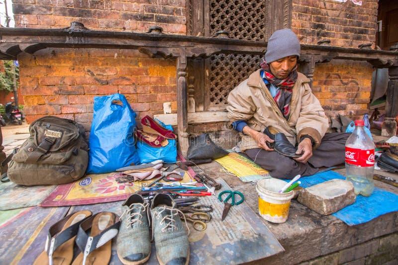 鞋匠在街道上工作 社会等级体系是原封今天,但是规则不是一样刚性的,象他们是从前 库存照片
