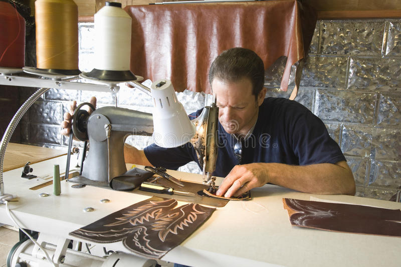 鞋匠在车间 免版税图库摄影