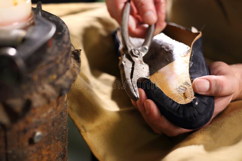 鞋匠缝合鞋子 库存照片