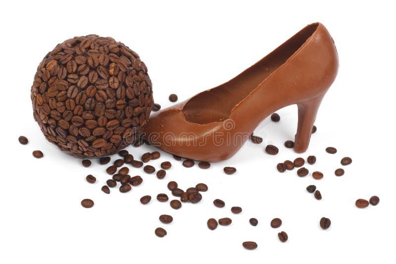 鞋子做ââof巧克力和咖啡豆 免版税库存图片