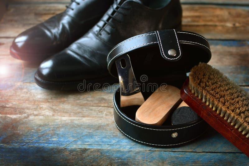 鞋子关心与刷子的背景鞋类的,鞋子 库存照片