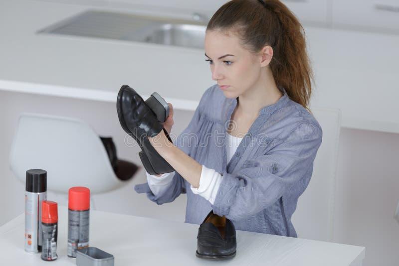 鞋子和清洁设备在土气木地板上 免版税图库摄影