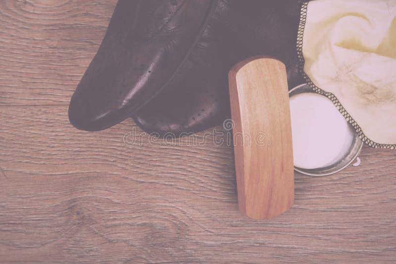 鞋子和清洁设备在木地板葡萄酒减速火箭的Fil 免版税库存图片
