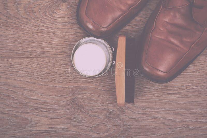 鞋子和清洁设备在木地板葡萄酒减速火箭的Fil 库存照片