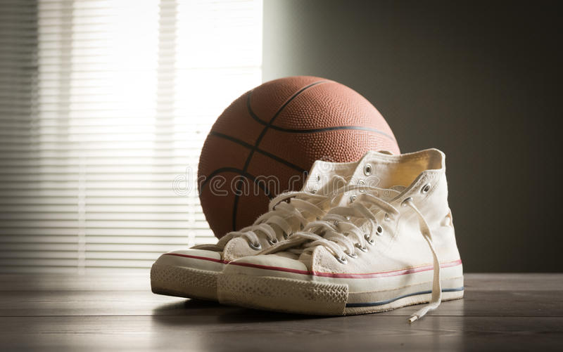 鞋子和篮球 免版税库存图片