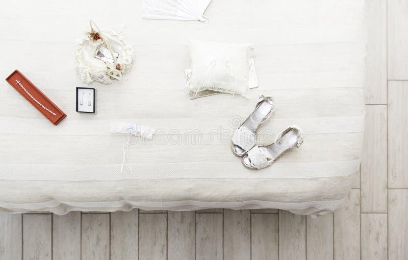 鞋子和耳环婚礼的 免版税库存图片