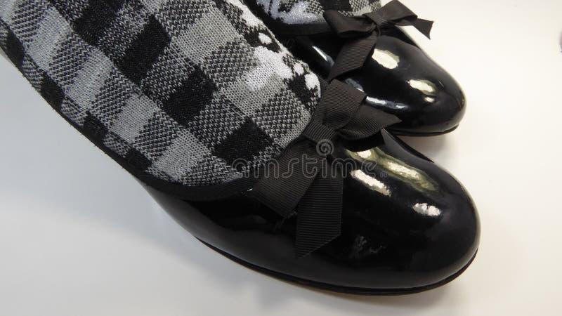 鞋子和黑色白色方格的袜子 图库摄影