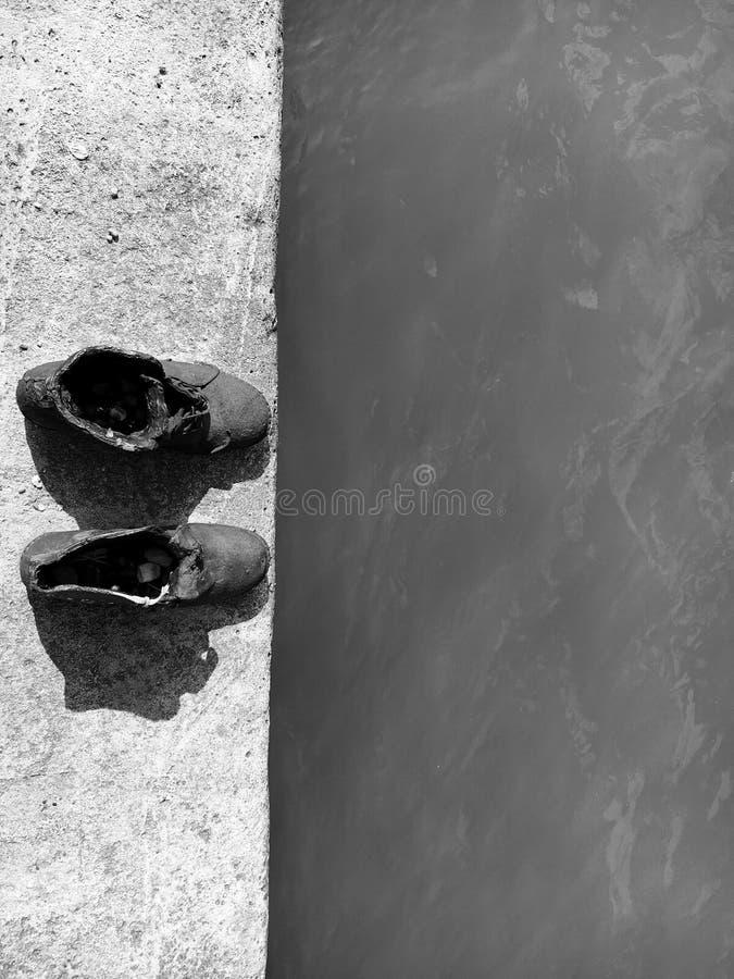 鞋子在多瑙河雕刻在布达佩斯 库存图片