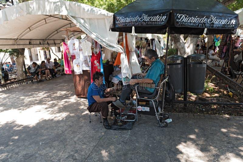 鞋子擦净剂在广场重创的公园在梅里达,尤加坦,墨西哥 库存照片