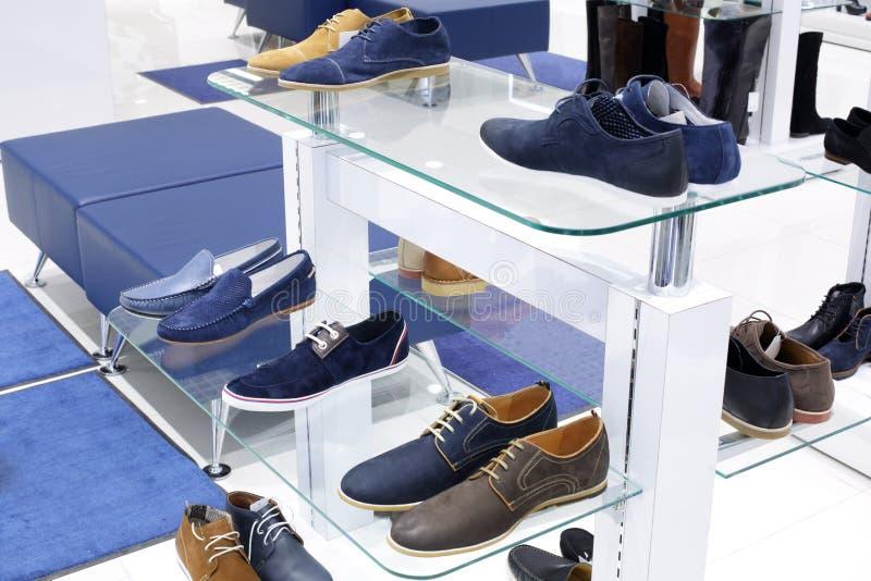 鞋店内部在现代欧洲购物中心的 库存图片