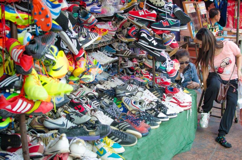 鞋店在Chatuchak市场上。曼谷泰国。 库存图片