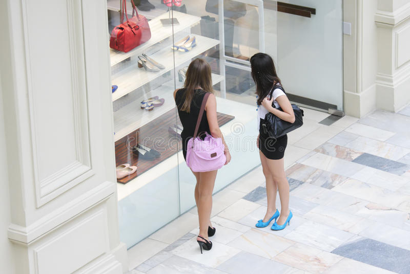 鞋店视窗妇女 免版税库存照片