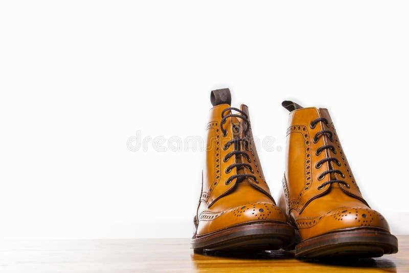 鞋类概念 对高绅士被晒黑的方起动 免版税库存照片