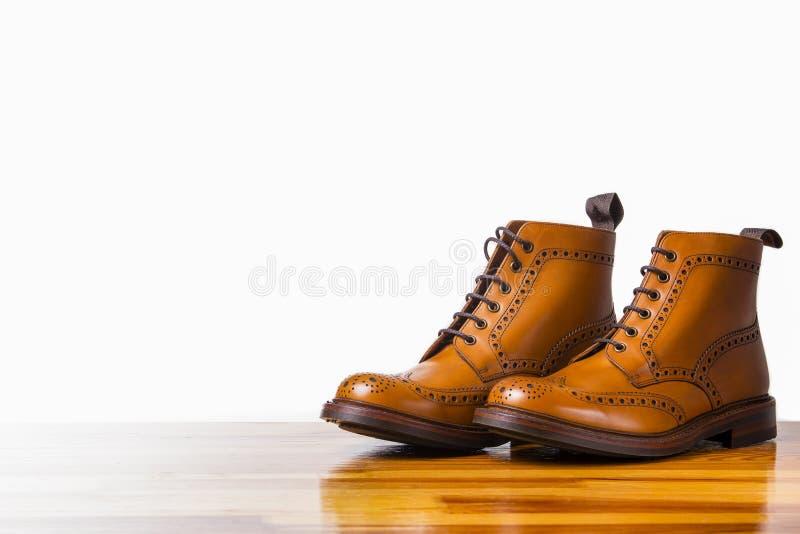 鞋类概念 对高绅士被晒黑的方起动 图库摄影